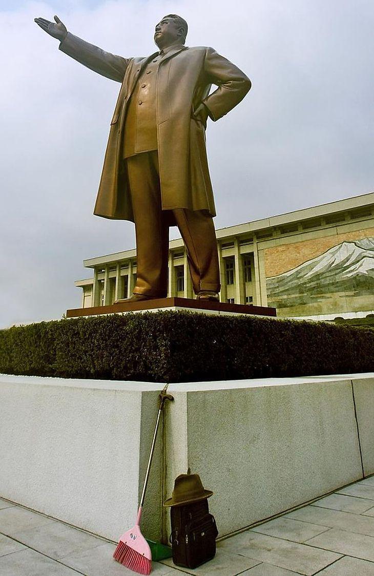 Taka sytuacja nie powinna mieć miejsca. Miotła oparta o statuę Kim Il Sunga w Pjongjang to skandal.