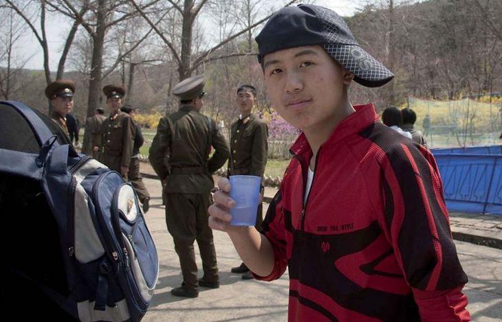 Problem z tym zdjęciem polegał na ujęciu młodego chłopaka z czapką założoną w dziwny sposób oraz na tym, że w tle pojawili się żołnierze.