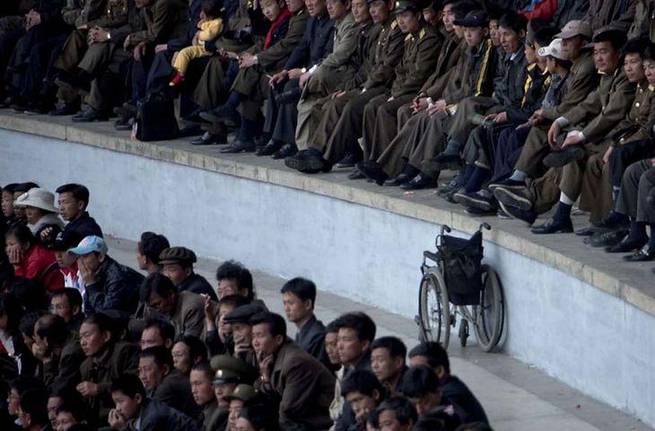 Bardzo rzadko pojawiają się wózki inwalidzkie. Fotograf widział zaledwie dwa w ciągu sześciu podróży do Korei.