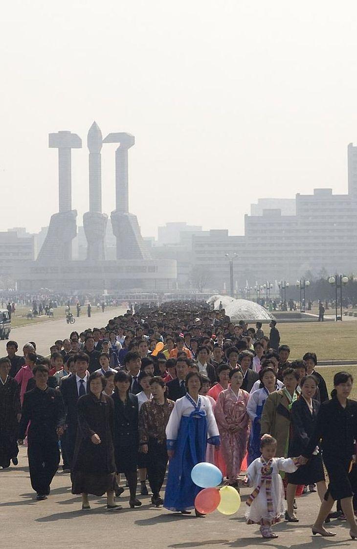 Tysiące Koreańczyków stoją w kolejce do zabytku podczas festiwalu Kimjongilia.