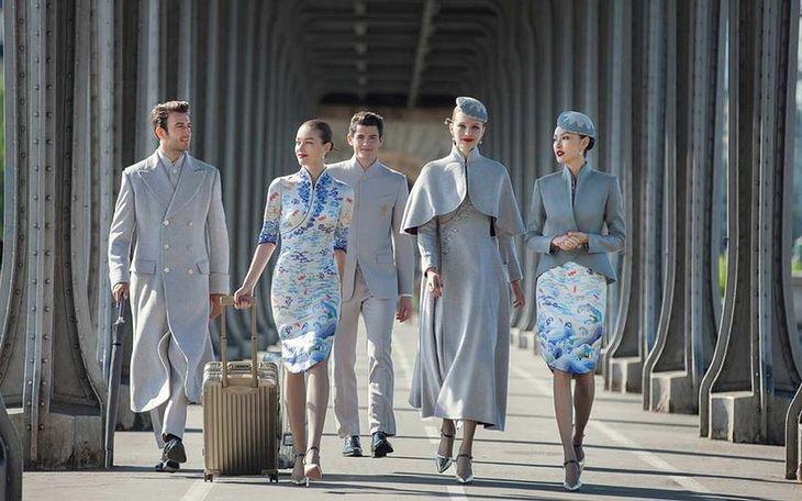 0521db79bdfdde Zdjęcia chińskich strojów dla stewardess zaskoczyły wszystkich podczas  Paryskiego Tygodnia Mody