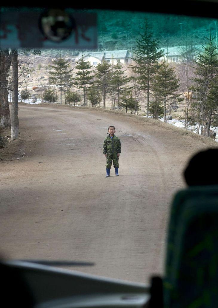 Rzadki przykład niezdyscyplinowanego dziecka, które stoi na środku drogi blokując ruch.