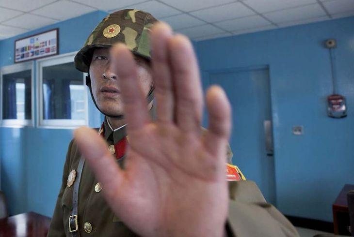 Podchodzenie zbyt blisko do żołnierzy może skutkować zatrzymaniem.