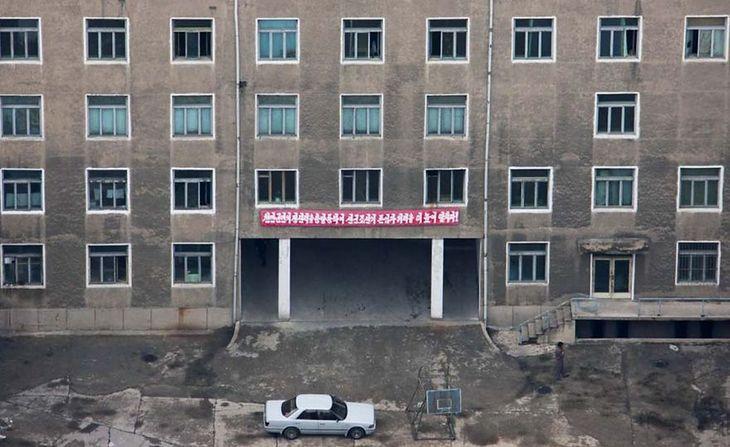 Pjongjang jest wizytówką kraju. Wszystkie fasady są niemalże idealne, natomiast od zaplecza wszystko wygląda inaczej.