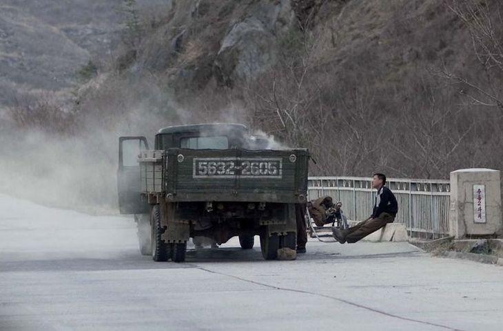 Na autostradach widać często ciężarówki z węglem, gdyż Korea Północna ma problemy z pozyskaniem ropy.