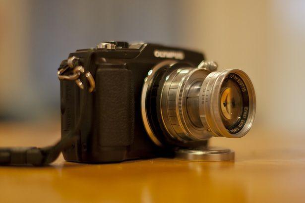Olympus E-PL2 z zapiętym Summicronem 50/2 LTM z bagnetem Leica (Fot. Flickr/by Soe Lin / CC BY 2.0)