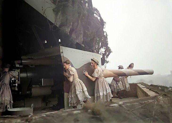 Brytyjscy żołnierze ładujący działo w Forcie Shornemead. Są w sukienkach, ponieważ przerwano im wystąpienia kostiumowe. Anglia, 1940.