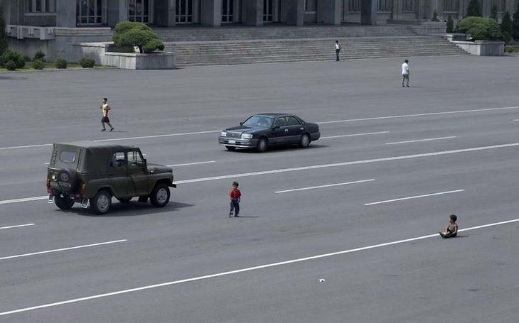 Dzieci bawią się na głównej ulicy Pjongjang.