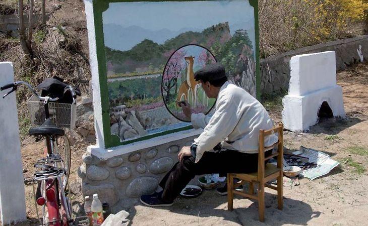 Oficjalny malarz tworzy nowe dzieło sztuki. Nie można ich fotografować, dopóki dzieło nie jest skończone.