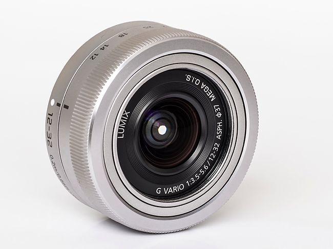 Firmware testowanego egzemplarza obiektywu miał numer 1.0. Zdjęcia laboratoryjne wykonane zostały za pomocą Olympusa OM-D E-M5 (firmware 1.2) i wywołane programem Adobe Lightroom 4 (przy jednakowych ustawieniach dla wszystkich testów).