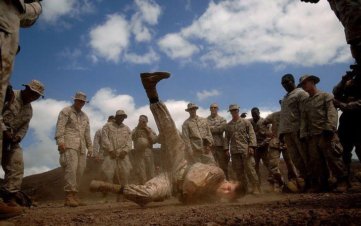 Podczas przerwy we wspólnych ćwiczeniach armii amerykańskiej i Combined Joint Task Force- Horn of Africa w Dżibuti, żołnierz tańczy break dance © Jeremy Lock