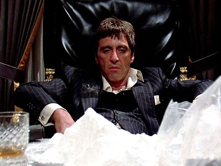 """Al Pacino w filmie """"Człowiek z blizną"""" (1983),"""