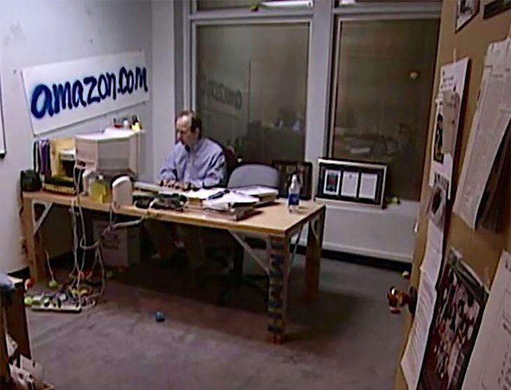 Jeff Bezos pracujący nad Amazonem.