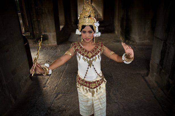 """""""Modelka była wynajęta, za pracę otrzymała wynagrodzenie, ale zdjęcie zostało wykonane w świątyni Angkor Wat w Kambodży, której dyrekcja nie udzieliła mi prawa do wykorzystania zdjęć z wnętrz do celów reklamowych. Publikacja w prasie - tak. W reklamie i stockach? Nie.""""© Piotr Trybalski/ http://fotografwpodrozy.pl"""
