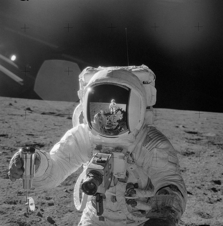 Astronauta z aparatem Hasselblad 500EL EDC na powierzchni Księżyca.