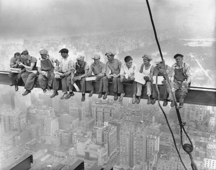 """""""New York Construction Workers Lunching on a Crossbeam"""" - jedna z najbardziej rozpoznawalnych fotografii na świecie."""