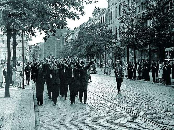 Grupa aresztantów prowadzona na rozstrzelanie. Bydgoszcz, 9 września 1939 roku.