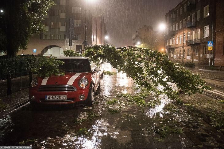 Burze nad Polską. Powalone drzewo na samochód przy ulicy Kawęczyńskiej w Warszawie, fot. Piotr Fotek/REPORTER