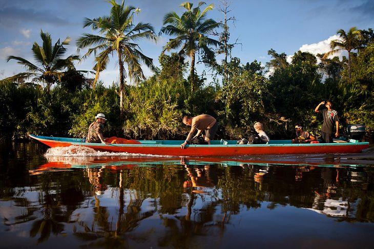 Ekipa telewizyjna w czasie drogi do wioski plemienia Mentawai. © Paweł Łączny