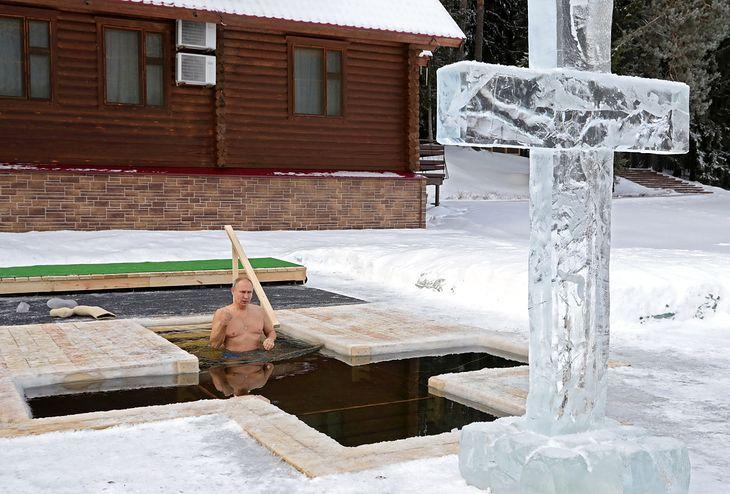 Prezydent Rosji Władimir Putin zanurzający się w lodowatej wodzie (Mikhail Klimentyev/Kremlin/Agencja FORUM)