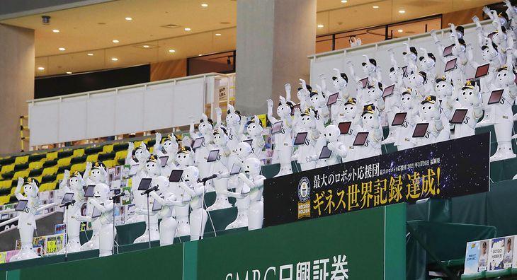 100 humanoidalnych robotów jako publiczność
