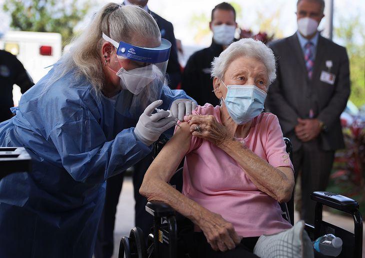 88-letnia Vera Leip otrzymuje szczepionkę na COVID-19.