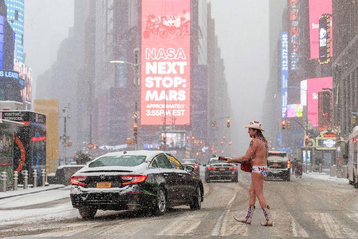 Nagi kowboj obok Times Square na chwilę przed wylądowaniem łazika Perseverance na Marsie.