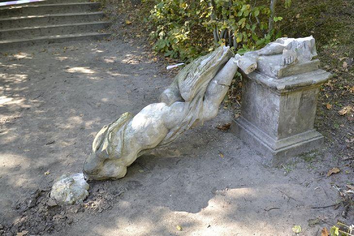 Turysta chciał zrobić zdjęcie z rzeźbą. 200-letni pomnik runął na ziemię