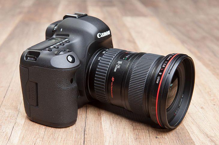 Nowa lustrzanka ma być mniejsza od legendarnych Canonów 5D Mark II i III © KB