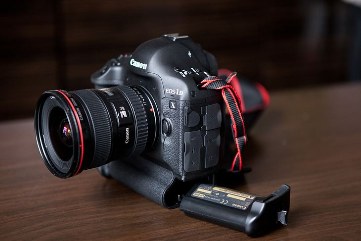 Canon EOS 1D-X oraz jego bateria.