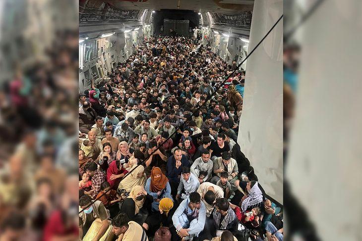 Zdjęcie wykonane przez jednego z pasażerów lotu Kabul - Katar na pokładzie transportowca C-17.