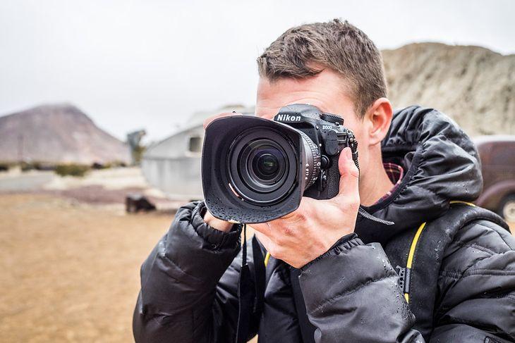 Pierwszym aparatem marki Nikon z funkcją SnapBrigde jest Nikon D500. Na zdjęciu w rękach Jakuba Kaźmierczyka.