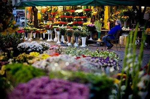 Na zdjęciu dominują barwy ciepłe. Pani W Niebieskim Sweterku wyraźnie odznacza się więc od reszty zdjęcia. fot. Tomasz Woźny