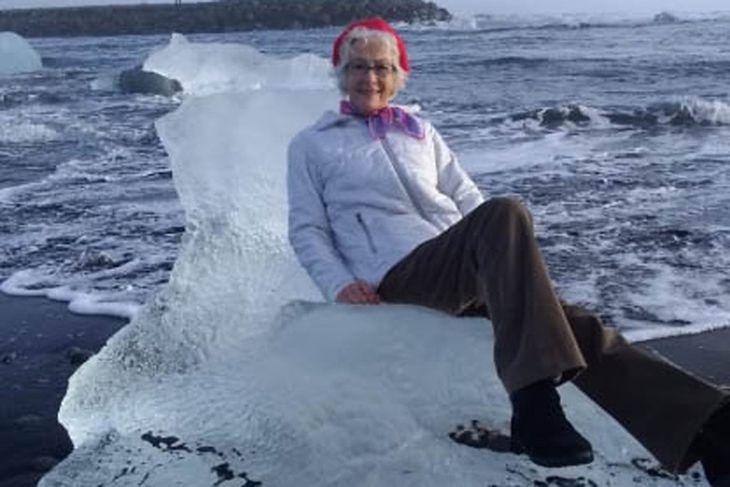"""Kobieta pozuje na """"lodowym tronie""""."""