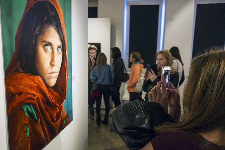 Zdjęcie z wernisażu Steve'a McCurry w Leica Gallery w Warszawie w 2015 roku.