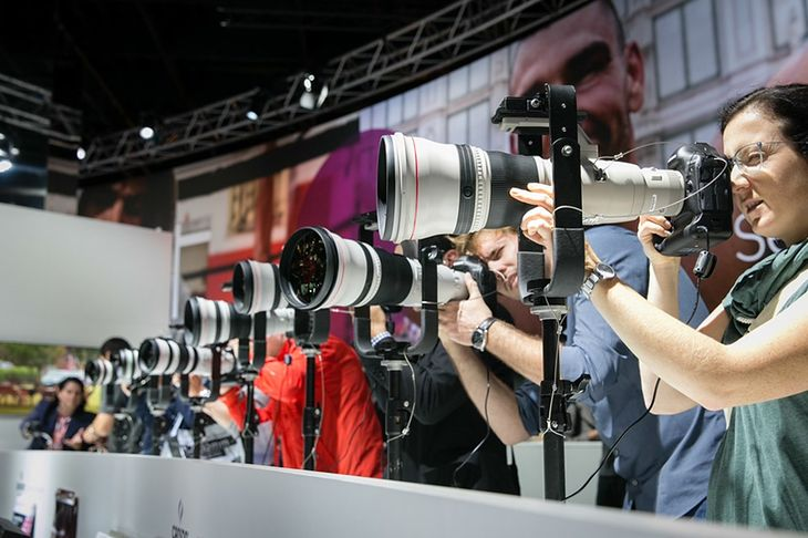 """Na zdjęciu Canon EF 800mm f/5.6L IS USM """"The Big Kahuna"""" - najdłuższy na świecie obiektyw ze stabilizacją obrazu, obok Nikkora 800 mm f/5.6. Ten profesjonalny teleobiektyw stałoogniskowy waży """"jedynie"""" 4,5 kg, a jego długość wynosi 46 cm. Konstrukcja została zaprezentowany na targach PMA 2008 (Photo Marketing Association) w Las Vegas."""