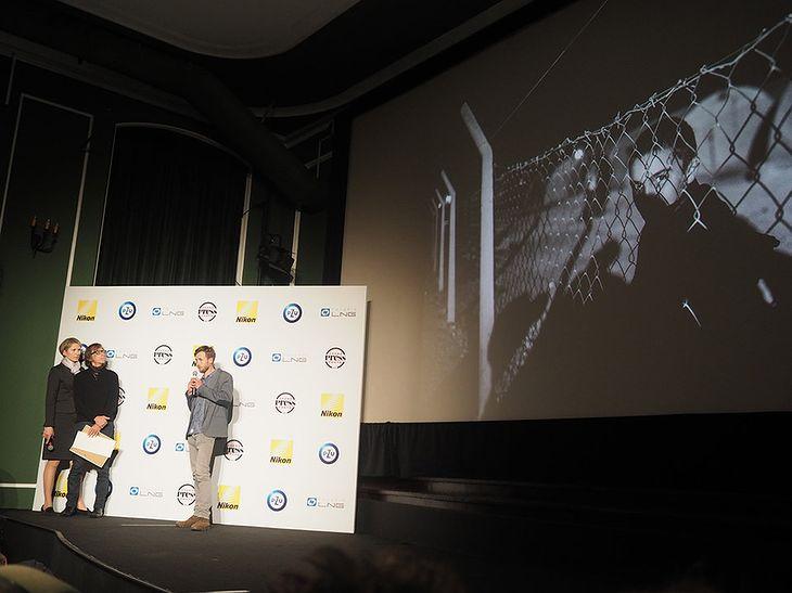 Maciej Moskwa odbierający nagrodę główną za zdjęcie roku Grand Press Photo 2015.