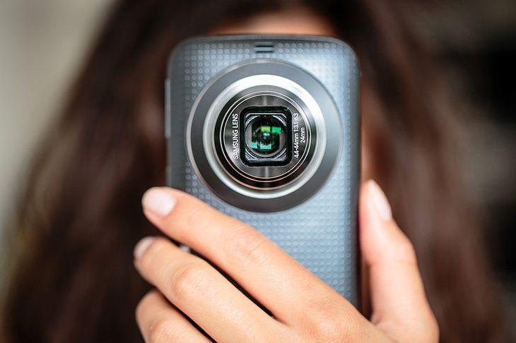 Samsung GALAXY K Zoom z systemem Android, na który można zainstalować aplikację FOTOPORADY NATIONAL GEOGRAPHIC.