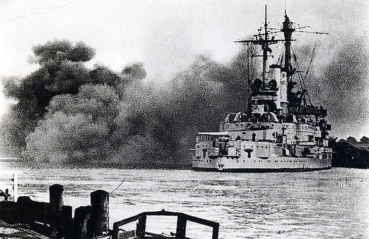 Pancernik Schleswig-Holstein podczas ostrzału polskich pozycji na Westerplatte.
