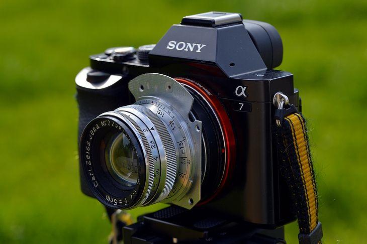 Sony A7 z obiektywem Carl Zeiss Jena Sonnar 50 mm f/2 zamocowanym poprzez opisany w artykule adapter własnej roboty