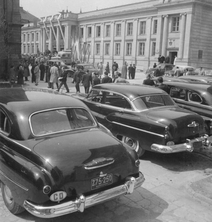 Limuzyny gości zaproszonych na obchody 140-lecia Uniwersytetu Warszawskiego w 1958 roku