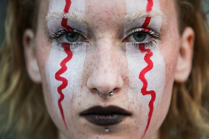 Dziewczyna protestująca pod białoruską ambasadą w Moskwie