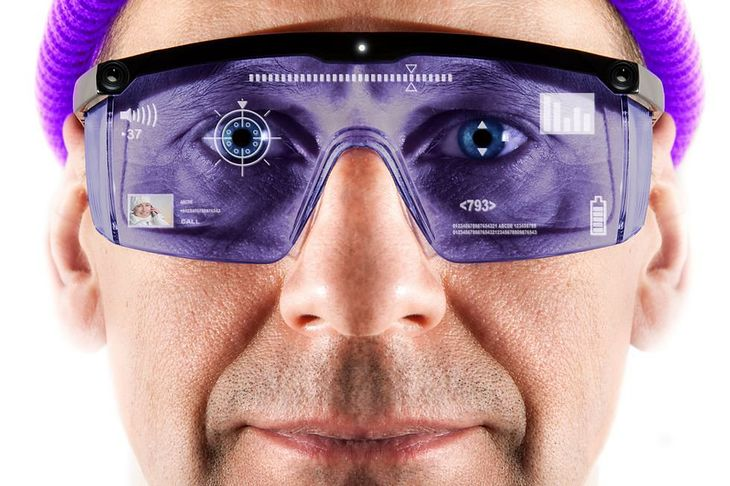 Zdjęcie mężczyzny w goglach AR pochodzi z serwisu Shutterstock