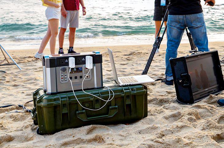Monster X - ogromny akumulator dostarczy prąd stały lub przemienny jak w gniazdku i naładuje się nawet solarami