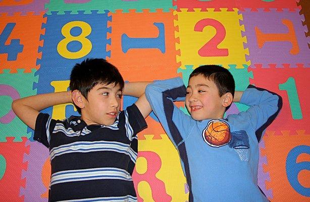 Dwujęzyczne dzieci lepiej się rozwijają (fot.: sxc.hu)