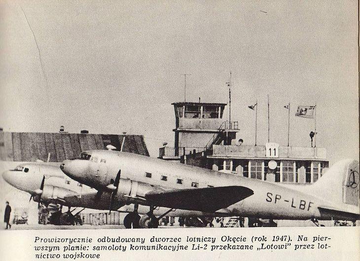Li-2 w barwach LOT-u na lotnisku Okęcie w Warszawie
