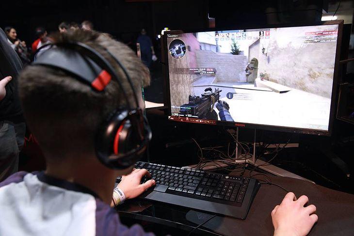 Monitor dla gracza pownien mieć odpowiednią częstotliwość odświeżania, szybki czas reakcji i małe opóźnienie