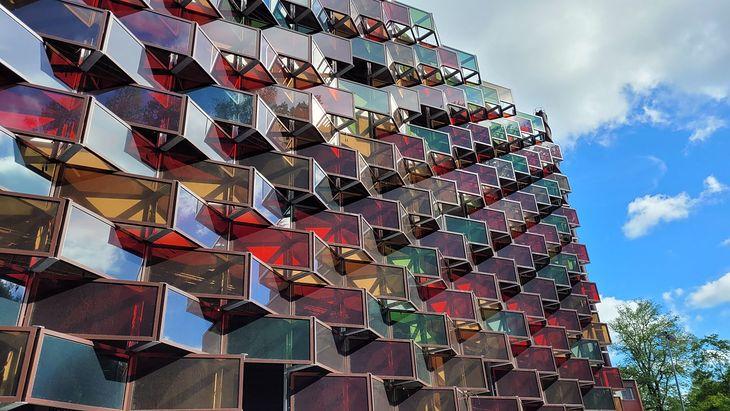 Kolorowa fotowoltaiczna elewacja w Szwecji