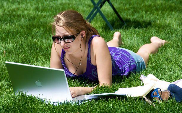 W parku z laptopem (Fot. Flickr/ Ed Yourdon/Lic. CC by-sa)