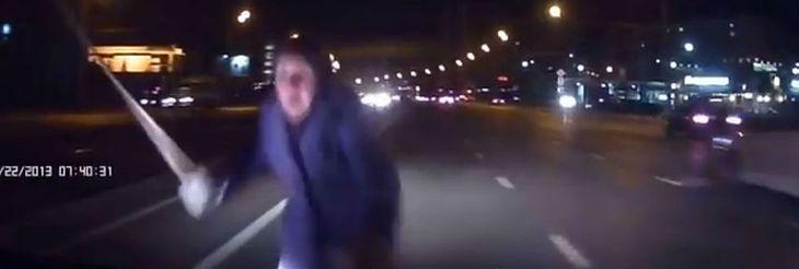 Rosyjska babcia przechodzi przez ulicę